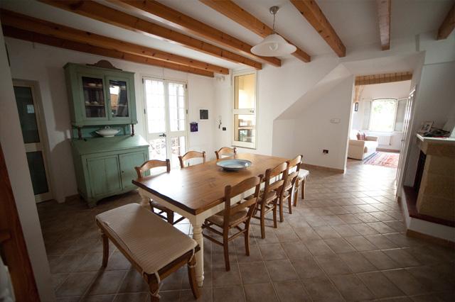 Vacanze specchia dimora tipica casa noscia - Sala da pranzo e salotto insieme ...
